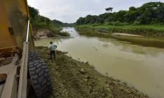 Máquinas ajudam a impedir o lançamento de materiais no rio Paraíba do Sul Foto: LACAZ RUIZ / A13
