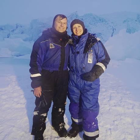 Sônia Bridi e o marido, o repórter cinematográfico Paulo Zero, no Pólo Norte Foto: Divulgação
