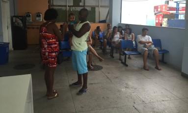 Pacientes esperam por atendimento na emergência do Hospital Rocha Faria Foto: Márcio Menasce / Agência O Globo