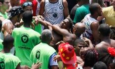 Foliões brigam no desfile do Cordão da Bola Preta Foto: Pablo Jacob / Agência O Globo
