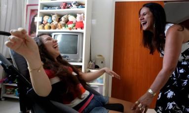 Luana, que tem microcefalia, e a mãe, Gilcinea: escola com cuidador e uso de 8 fraldas por dia Foto: Custódio Coimbra / Agência O Globo
