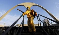 Agentes da prefeitura atuam no combate ao Aedes aegypti Foto: Gabriel de Paiva / Agência O Globo/26-01-2016