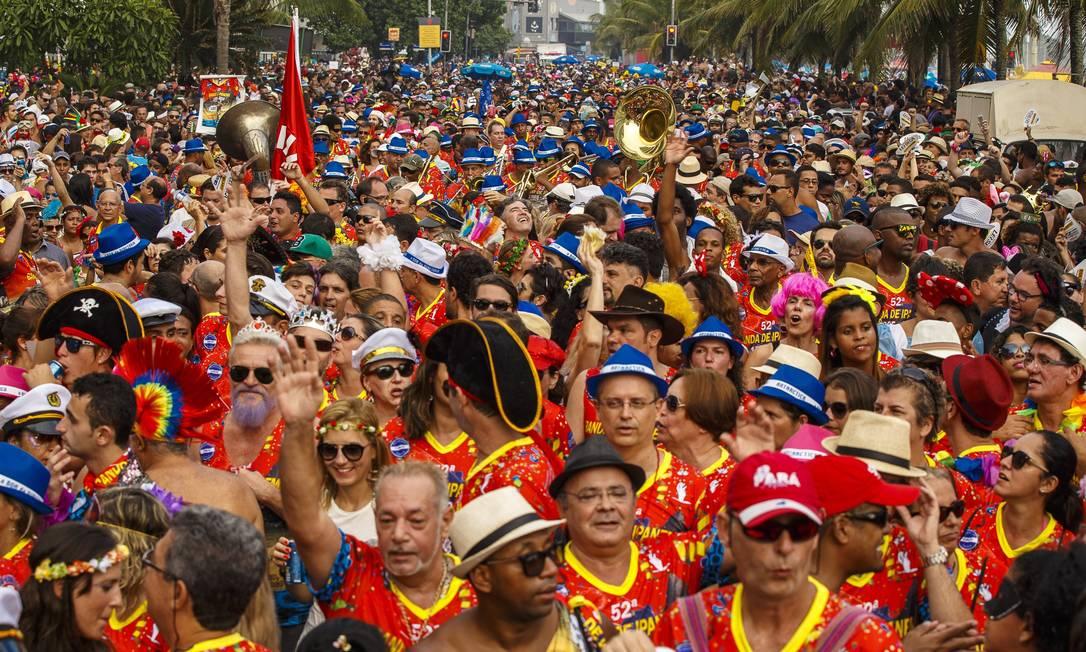 Foliões se divertem na Banda de Ipanema Daniel Marenco / Agência O Globo