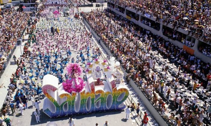"""Desfile da Caprichosos com o enredo """"E por falar em saudade"""", em 1985 Foto: Ricardo Leoni / Agência O Globo/18-02-1985"""