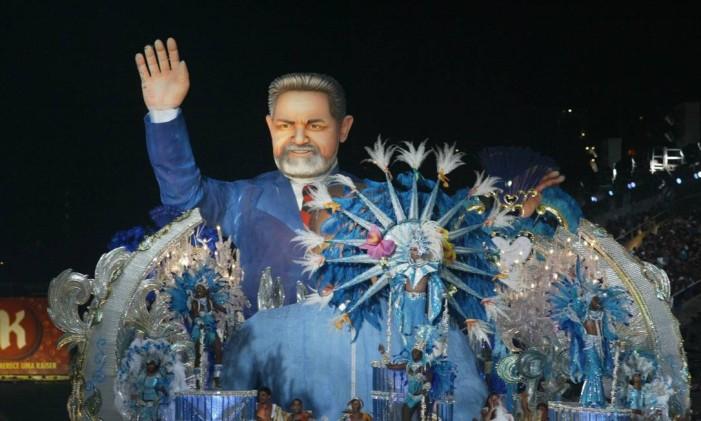 Beija-Flor trouxe uma alegoria em homenagem ao então presidente Lula Foto: Guilherme Pinto / Agência O Globo/03-03-2003