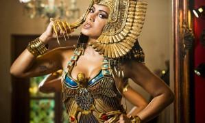 A cantora Anitta como Cleópatra, criadoa por Henrique Filho, a maior referência em figurinos da Avenida Foto: Guito Moreto / Agência O Globo