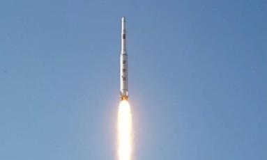 Foto divulgada pela TV estatal norte-coreana mostra foguete de longa alcance sendo lançado Foto: YONHAP / AFP