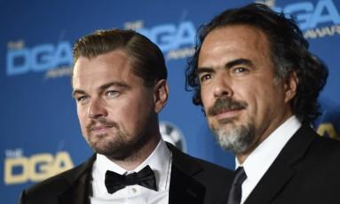 Alejandro Gonzalez Iñárritu ao lado de Leonardo DiCaprio na premiação do DGA Foto: Chris Pizzello / Invision/AP