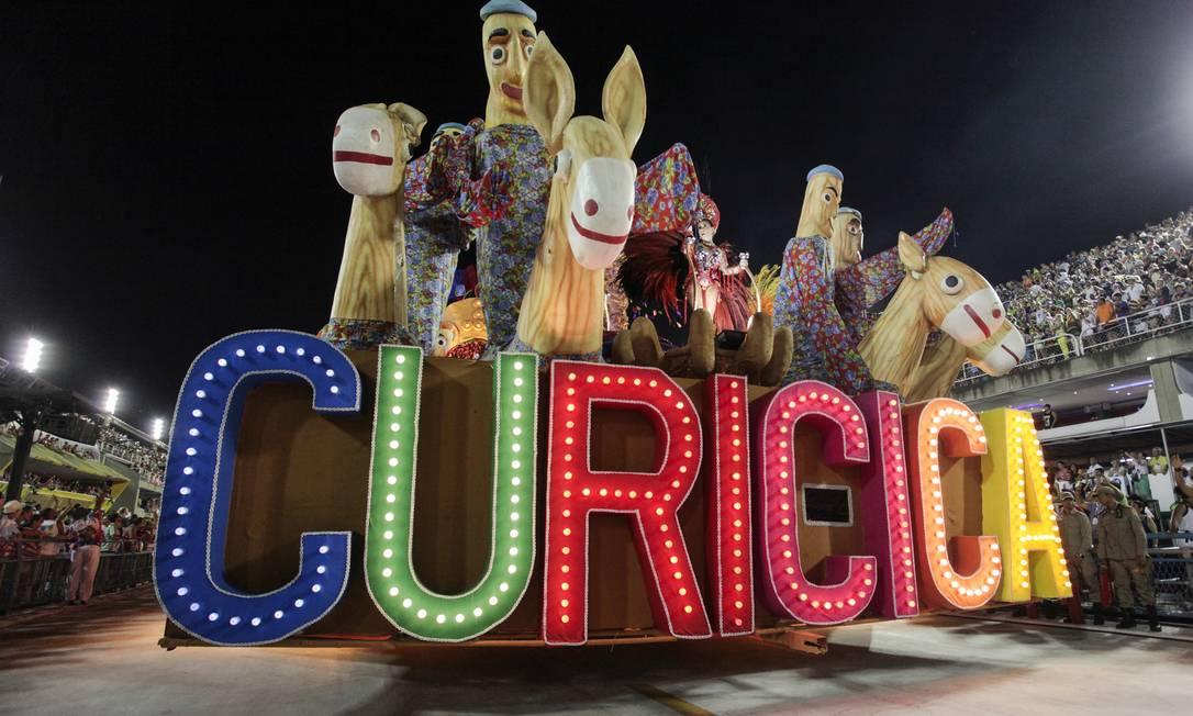 Com seu estilo brincalhão e colorido, a União do Parque Curicica abriu a segunda noite de desfiles da Série A na Sapucaí Divulgação / Gabriel Santos / Riotur