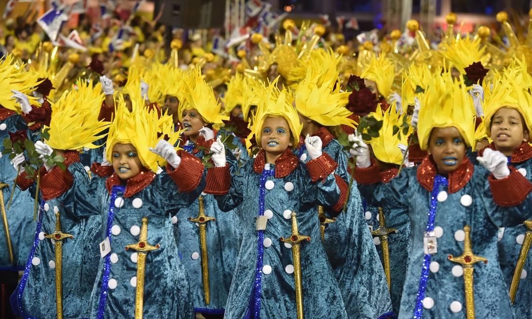"""Passistas mirins da Vai-Vai se fantasiaram de """"pequenos príncipes"""" em homenagem à França na segunda noite de desfiles de São Paulo NELSON ALMEIDA / AFP"""