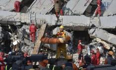 Equipes de resgate retiram sobrevivente de destroços de prédio em prédio de Tainan, no Sul de Taiwan Foto: SAM YEH / AFP