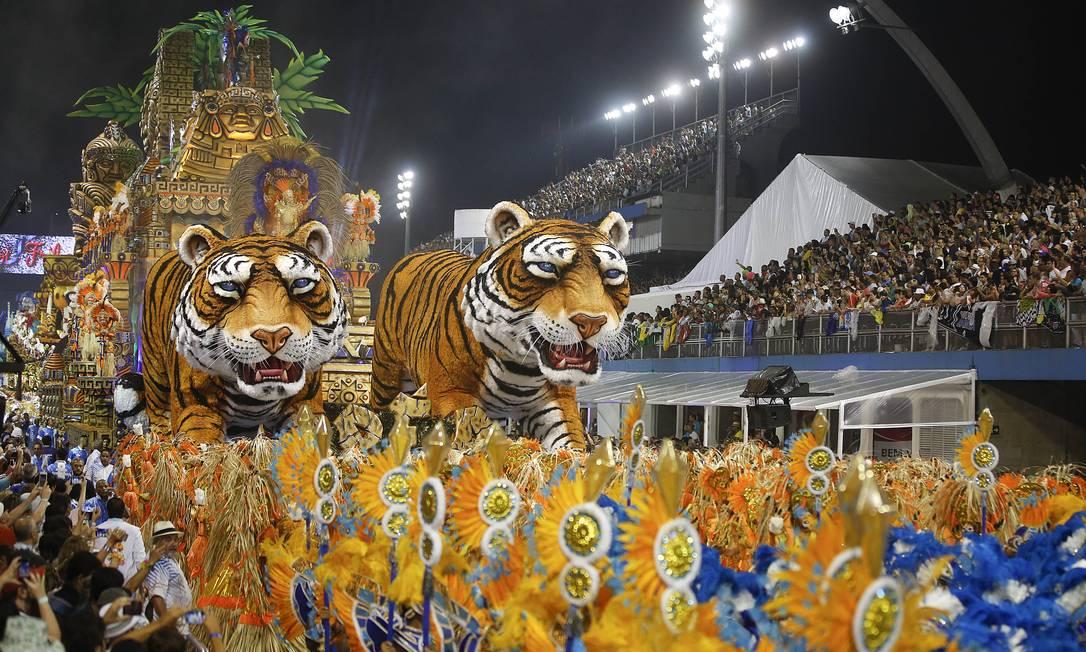 Os tradicionais tigres do abre-alas do Império de Casa Verde agitaram as arquibancadas do Sambódromo Andre Penner / AP