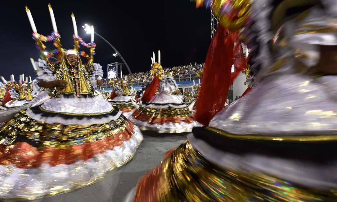 A ala das baianas da Acadêmicos do Tucuruvi ajudaram a contar o enredo, sobre festas religiosas brasileiras NELSON ALMEIDA / AFP