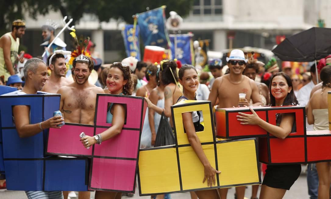 Um grupo de amigos foi fantasiado de Tetris, o videogame Ana Branco / Agência O Globo