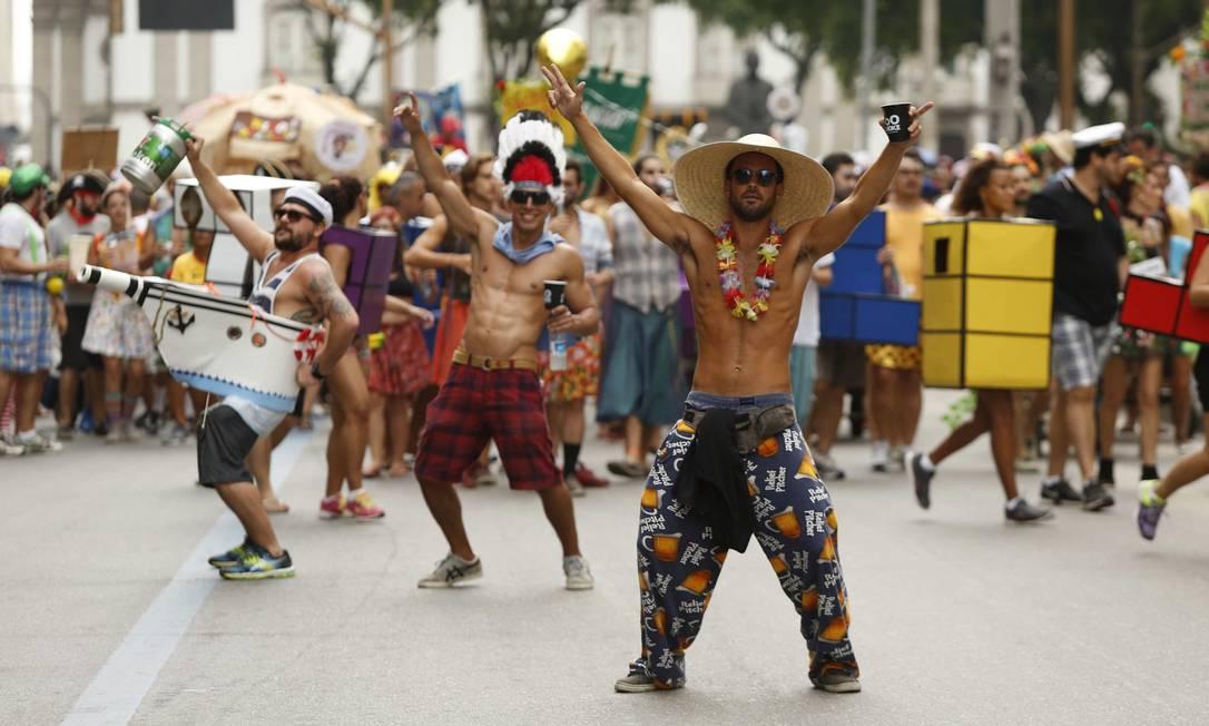 Cada um faz a sua fantasia para desfilar e se soltar nas ruas do Rio Ana Branco / Agência O Globo