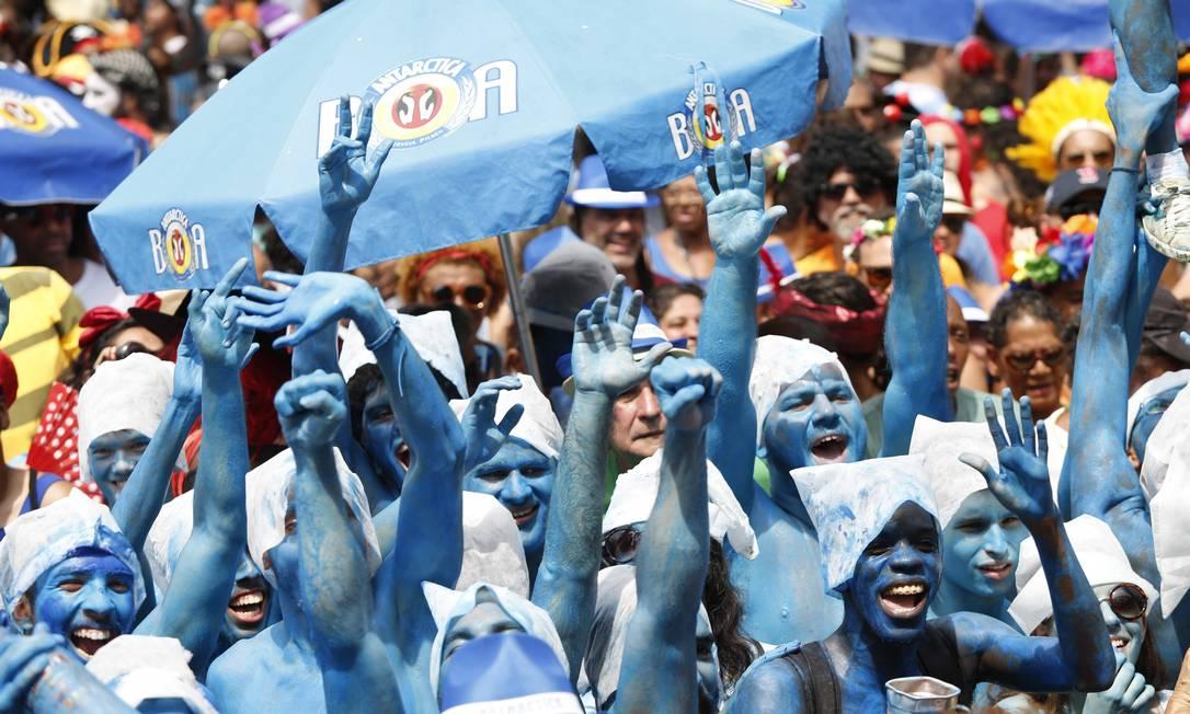 Pessoas fantasiadas de Smurfs estão entre as criações para o Cordão do Boitatá Ana Branco / Agência O Globo