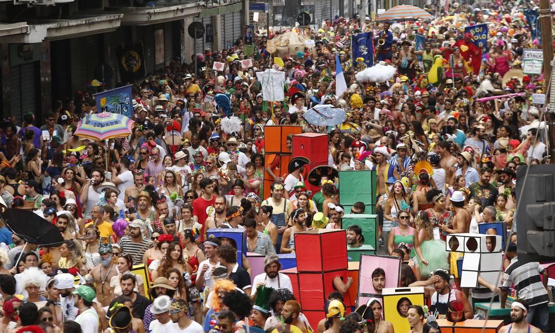 O bloco, que reúne uma multidão, segue pelas ruas do Centro sem roteiro pré-definido Ana Branco / Agência O Globo