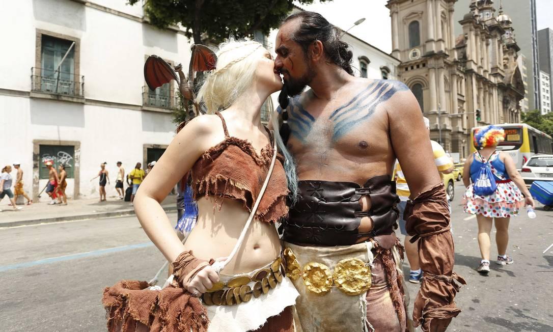 """Nada de tragédia! Vestido de personagens de """"Game of Thrones"""", casal se beija na 1º de Março Ana Branco / Agência O Globo"""