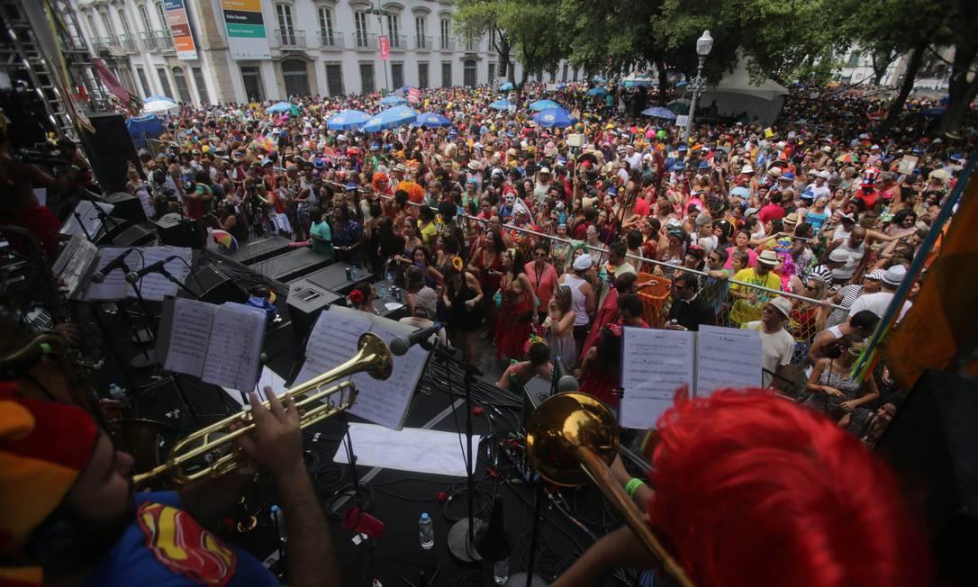 No palco montado no Paço Imperial, músicos do Cordão do Boitatá tocam marchinhas, sambas e outros clássicos do carnaval Rafael Moraes / Agência O Globo