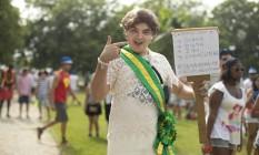 A presidente Dilma Rousseff inspirou o folião que foi ao bloco Bangalafumenga, no Aterro do Flamengo, com a faixa presidencial e um alerta contra o vírus chicun'Cunha' Foto: Márcia Foletto / Agência O Globo