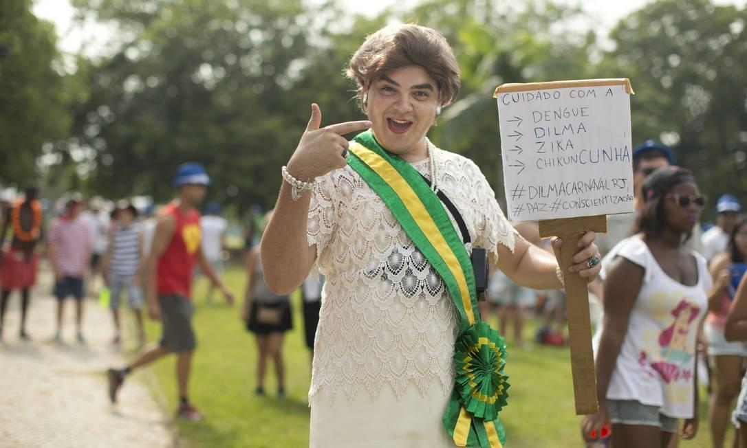 A presidente Dilma Rousseff inspirou o folião que foi ao bloco Bangalafumenga, no Aterro do Flamengo, com a faixa presidencial e um alerta contra o vírus chicun'Cunha' Márcia Foletto / Agência O Globo