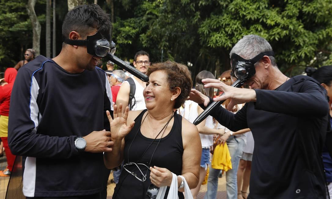 Em São Paulo, a fantasia de mosquito fez parte de campanha de combate ao Aedes aegypti, o transmissor dos vírus zika, dengue e chicungunha Andre Penner / AP