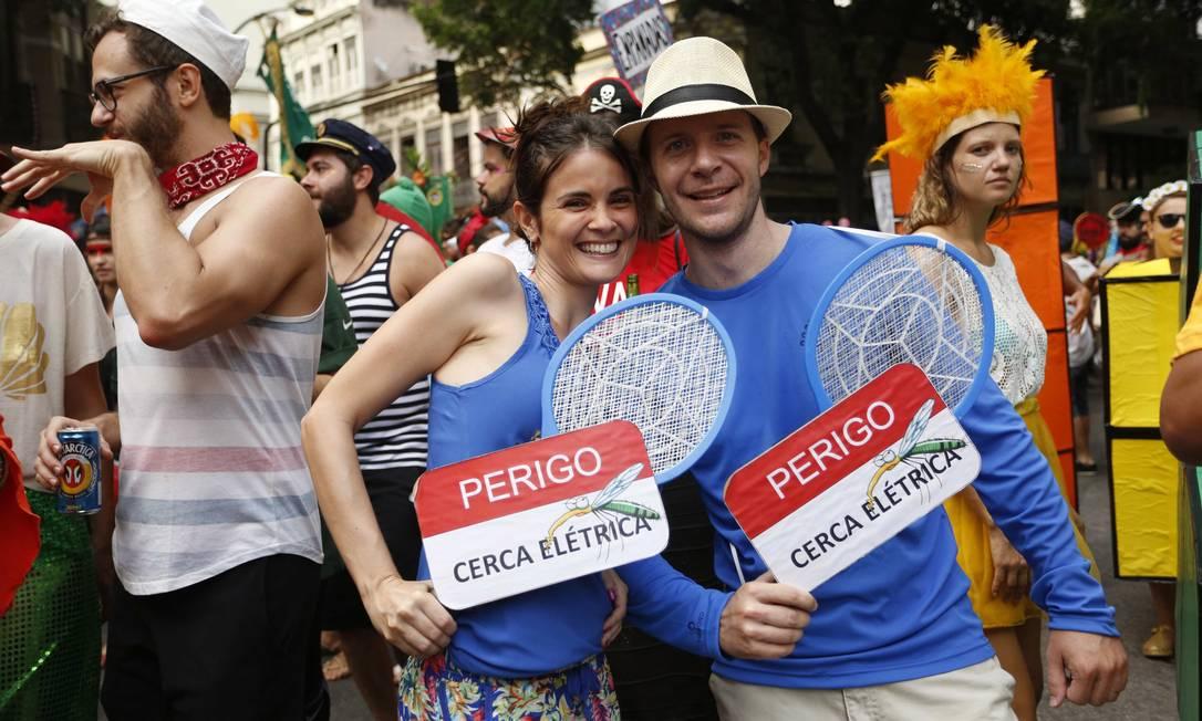 Até a raquete elétrica, usada para matar mosquitos, foi parar nos blocos do Rio: foliões levaram o objeto para o Cordão do Boi Tolo Ana Branco / Agência O Globo