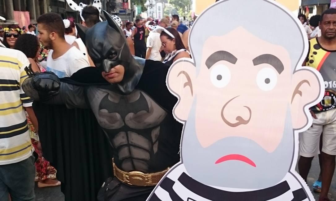 """Este folião vestido de Batman levou o """"Pixuleco"""" para o Bola Preta, junto com o """"Japonês da Federal"""", referências ao ex-presidente Lula e ao agente da PF Newton Ishii Lucas Altino / O Globo"""