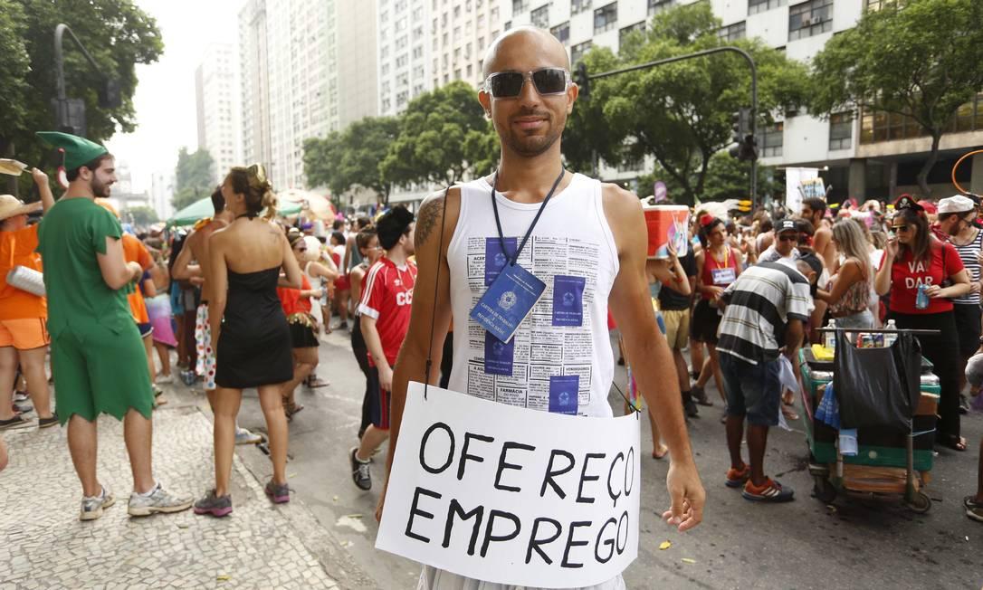 A crise econômica chegou ao carnaval: este folião decidiu oferecer emprego e se fantasiou com a Carteira de Trabalho Ana Branco / Agência O Globo