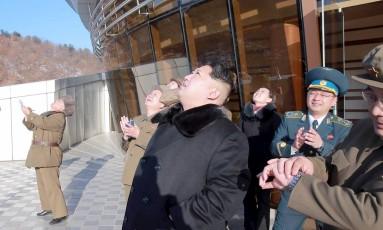 Kim observa lançamento do foguete Foto: Kyodo / Reuters