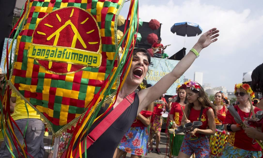A porta-estandarte avisa que o Bangalafumenga chegou ao Aterro do Flamengo, na manhã de domingo de carnaval Márcia Foletto / Agência O Globo