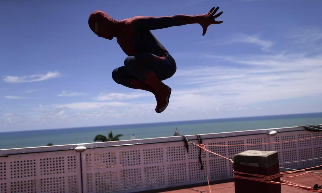 O 'spider' mostrou toda sua agilidade antes de descer de rapel o prédio UESLEI MARCELINO / REUTERS