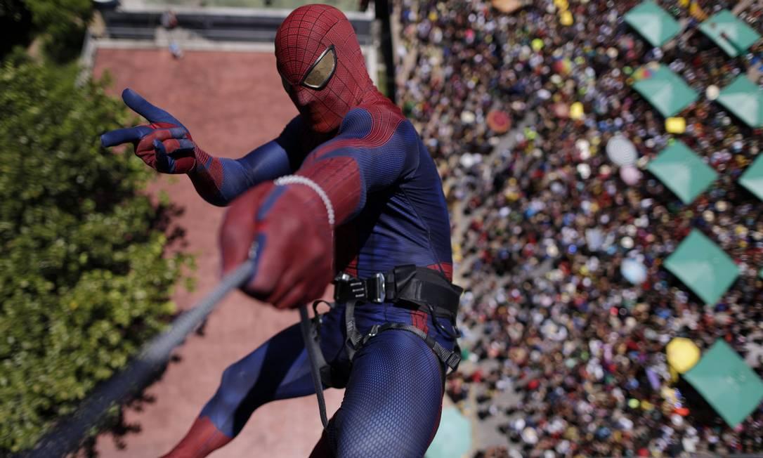 Como não poderia deixar de ser, o homem-aranha marcou presença no Enquanto Isso, na Sala de Justiça, em Olinda UESLEI MARCELINO / REUTERS