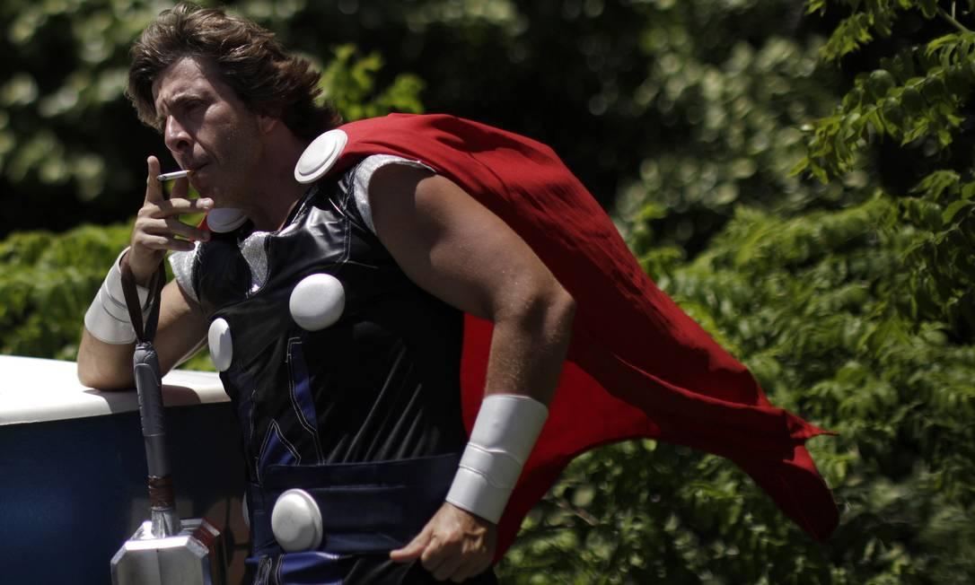 Entre outros tantos super-heróis, Thor foi outro que deu o ar da graça em Olinda UESLEI MARCELINO / REUTERS