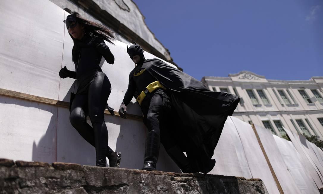 Mulher-gato e Batman chegam sorrateiramente ao Enquanto Isso, na Sala de Justiça UESLEI MARCELINO / REUTERS