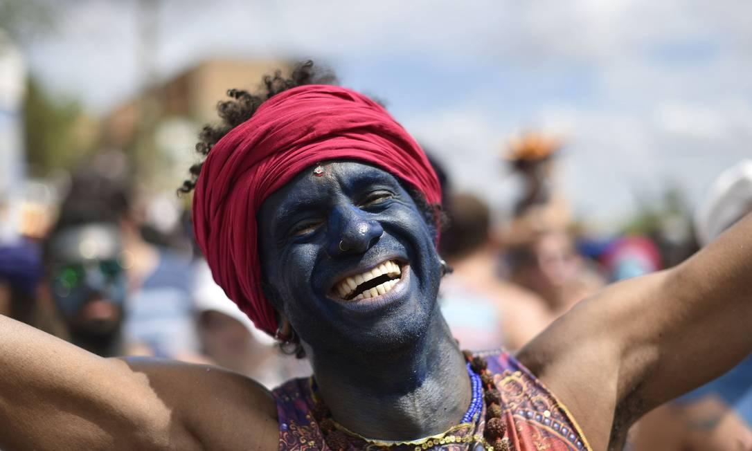 A alegria do folião na homenagem a Krishna Douglas Magno / AFP