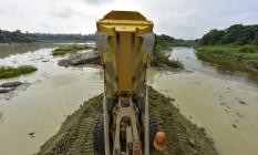 Máquinas trabalham para impedir o lançamento de materiais no rio Foto: Lucas Lacaz Ruiz / Agência O Globo/06-02-2016