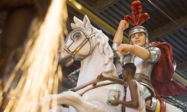 Retoques na pintura do carro alegórico da Estácio de Sá, a primeira a desfilar no Grupo Especial Foto: Antonio Scorza / Agência O Globo