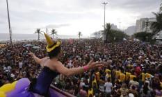 Foliões lotam a orla de Ipanema no desfile o Simpatia É quase Amor Foto: Domingos Peixoto / Agência O Globo