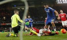Bem colocado, Diego Costa vence a defesa do Manchester United para garantir o empate ao Chelsea Foto: ADRIAN DENNIS / AFP