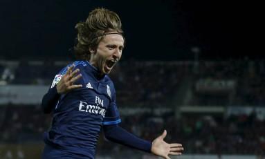 A emoção de Modric ao marcar no fim da partida Foto: MARCELO DEL POZO / REUTERS