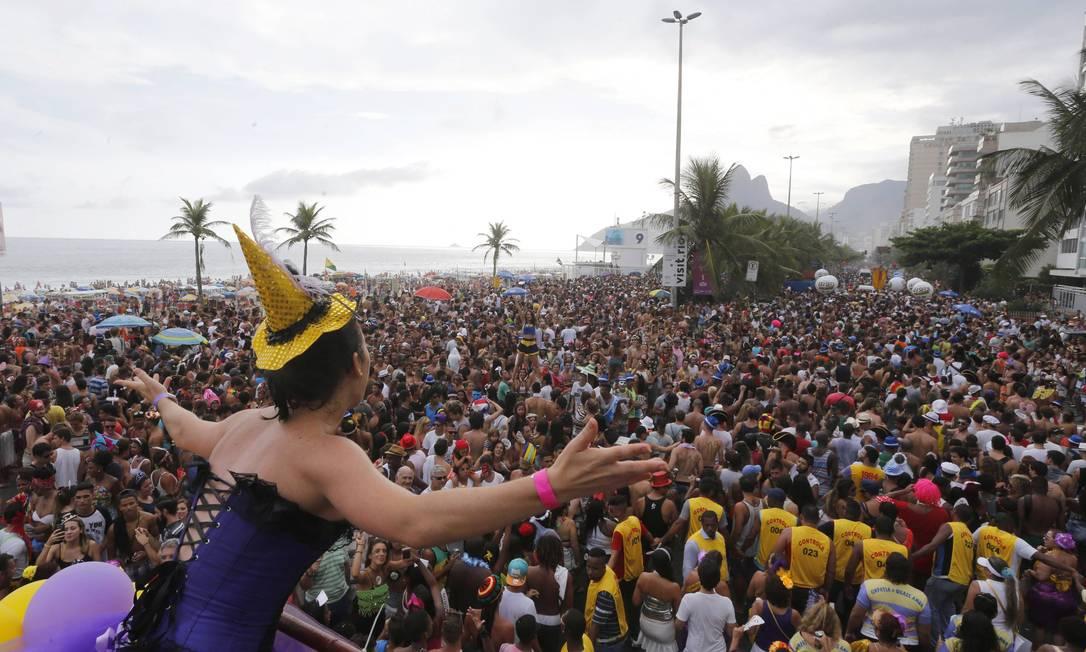 Tem que ter pique! Foliões caminham pela orla de Ipanema para acompanhar o bloco Domingos Peixoto / Agência O Globo