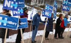 Sem tempo ruim. Democratas fazem campanha por Hillary Clinton em Plymouth, New Hampshire: clima político envolve toda a população do estado antes de primária local Foto: JOE RAEDLE / AFP