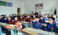 Aos que ficam. Sob a tirania, crianças começam ano letivo em Pyongyang Foto: REUTERS/1-4-2015