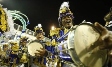 Ritmistas da Beija-Flor durante desfile na Sapucaí Foto: Guilherme Leporace / Agência O Globo