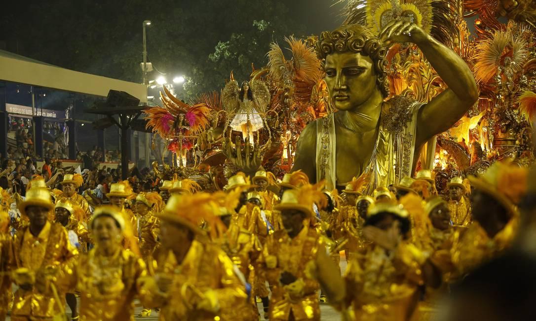 A Beija-Flor levou alas e alegorias douradas à Sapucaí Fernando Lemos / O Globo