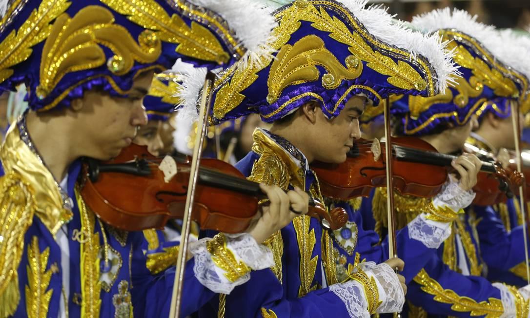 Músicos tocam violino durante o desfile Guito Moreto / O Globo