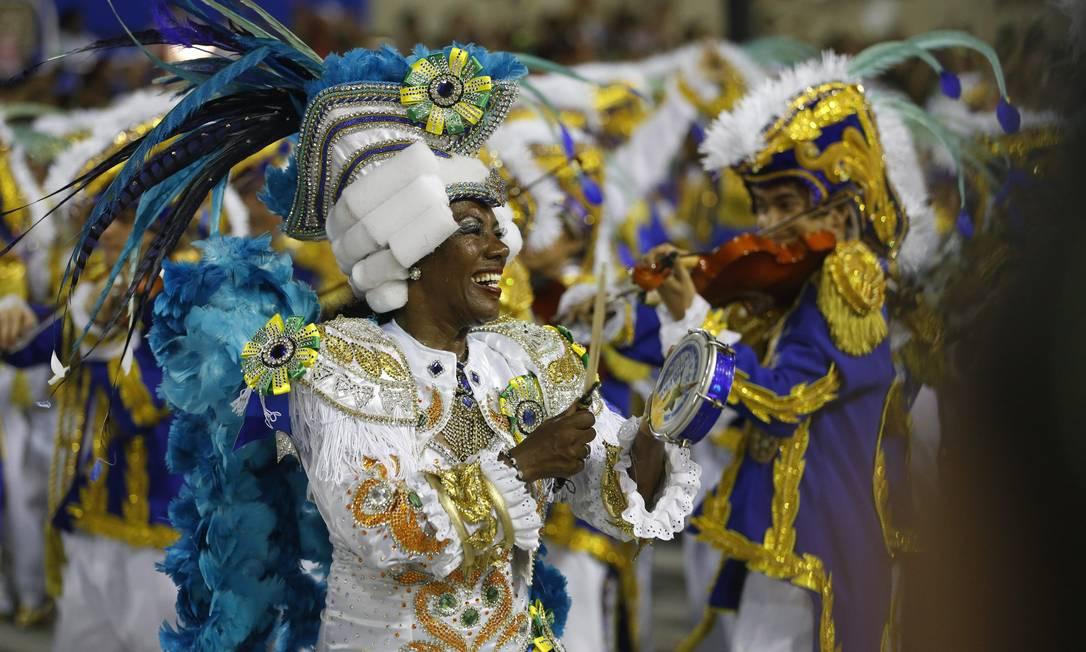 Ritmista toca tamborim na Beija-Flor Guito Moreto / O Globo