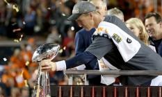 Peyton Manning com o troféu Vince Lombardi após a conquista do seu segundo Super Bowl Foto: STREETER LECKA / AFP