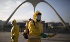 Agentes combatem o mosquito Aedes aegypti no Sambódromo, palco do Tiro com Arco e da Maratona nos Jogos Olímpicos Foto: Leo Correa / AP / 26-1-2016